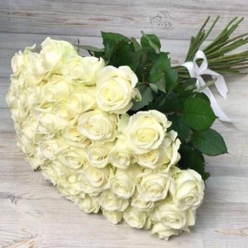 Купить на заказ Букет из 51 белой розы с доставкой в Аксае